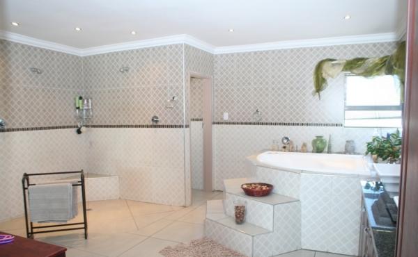 spacious-master-en-suite-bathrooms